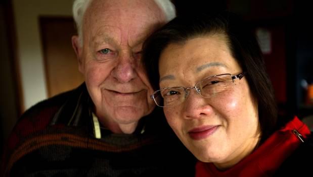 """心碎老翁:娶来中国妻子,却被认作""""假婚""""遭遣返"""