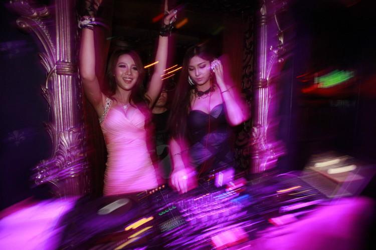 实拍:夜店dj上台前的私密照