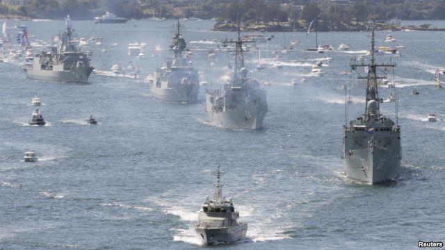 资料照:澳大利亚皇家海军舰队(2013年10月4日)   澳大利亚与中国开始在南中国海有争议的人造岛礁附近进行联合军演。堪培拉坚称这是与地区邻国一起合作的宝贵机会。分析人士担心,军演有可能被中国用来进行宣传。   这次筹备已久的实弹演习正好发生在南中国海的外交紧张日益加剧之际。中国人试图通过建造新的岛屿来推动其主权声索。   从星期一开始,澳大利亚皇家海军将和中国军队一起在离有争议的水域不远处进行军演。   上星期,美国派遣军舰驶入这片水域,以行使它所说的航行自由。   澳大利亚国防部长、空军司令马