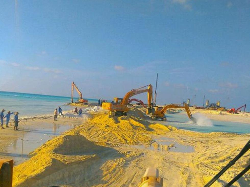 环球报道 大陆 综合       南沙岛礁吹填现场   这系列照片多从工程车