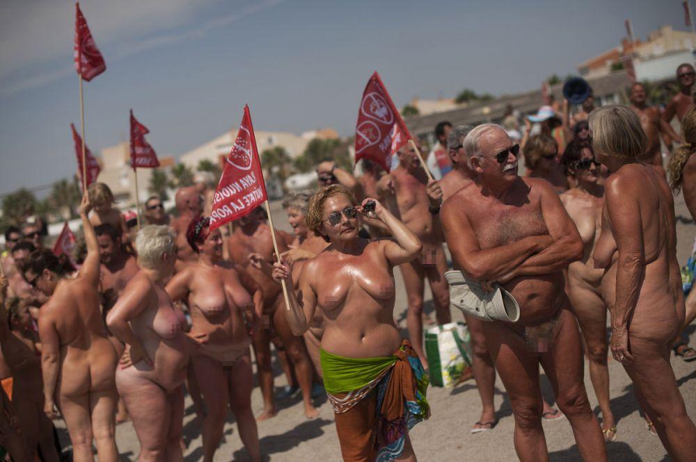 西班牙海滩729人集体裸浴 创吉尼斯世界纪录(组图)图片