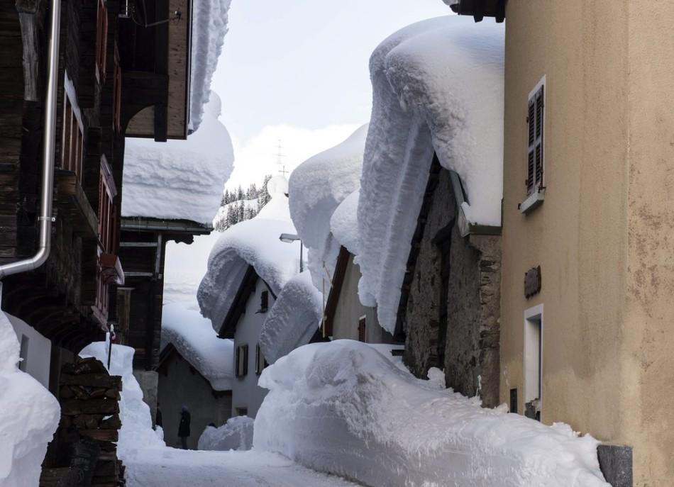 实拍瑞士村庄屋顶积雪 宛如置身糖果童话世界(图)