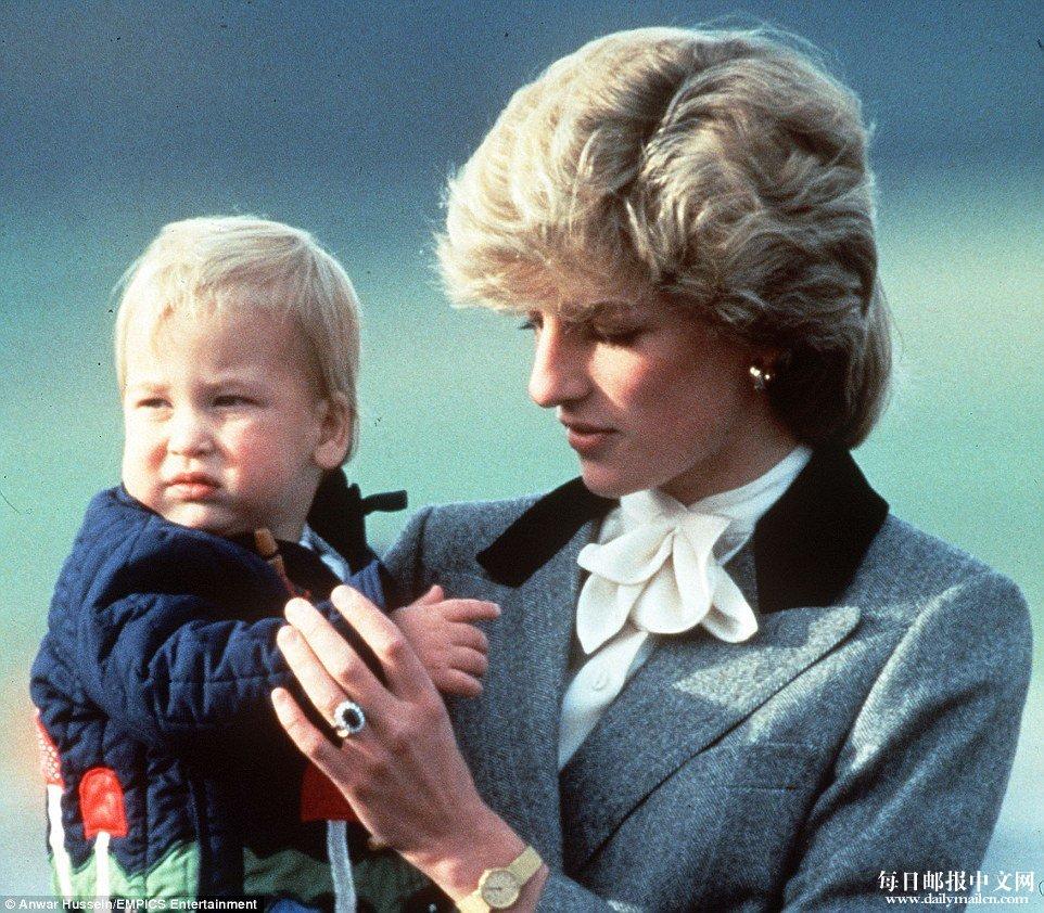 ,16个月大的威廉王子与母亲戴安娜王妃一起出现亚伯丁机场的照片-
