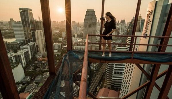 在没有任何安全防护设备的条件下,站在楼顶的钢架上危险系数很高,站在数百米高楼边缘拍摄,这种高位的动作对她来说是家常便饭。   近日,世界各地的高楼快被冒险家们玩坏了。不管是中国90后小伙儿徒手爬上海中心大厦,还是俄罗斯人爬迪拜摩天大楼自拍,这些极限运动者都是男性。   然而,加拿大女子78层高楼边缘拍写真爆红网络。   难以想象一部相机能让人如此疯狂,天上地下,火山冰川,为了得到一张与众不同的照片,这些对摄影入魔的家伙们追逐着火山的岩浆流、横扫一切的龙卷风,爬上了看着就眼晕的摩天楼深入到未知且变化多