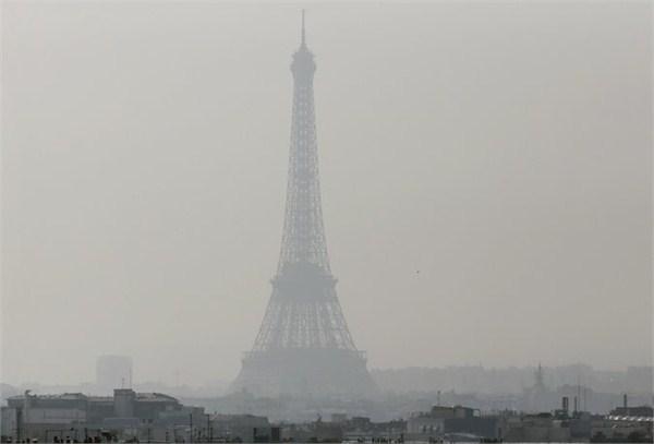 雾霾中的埃菲尔铁塔