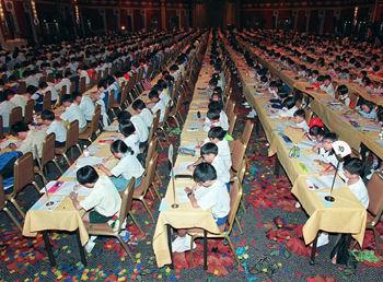 后的选择.图为新加坡小学生珠算大赛现场.-马来华人为何有钱却没