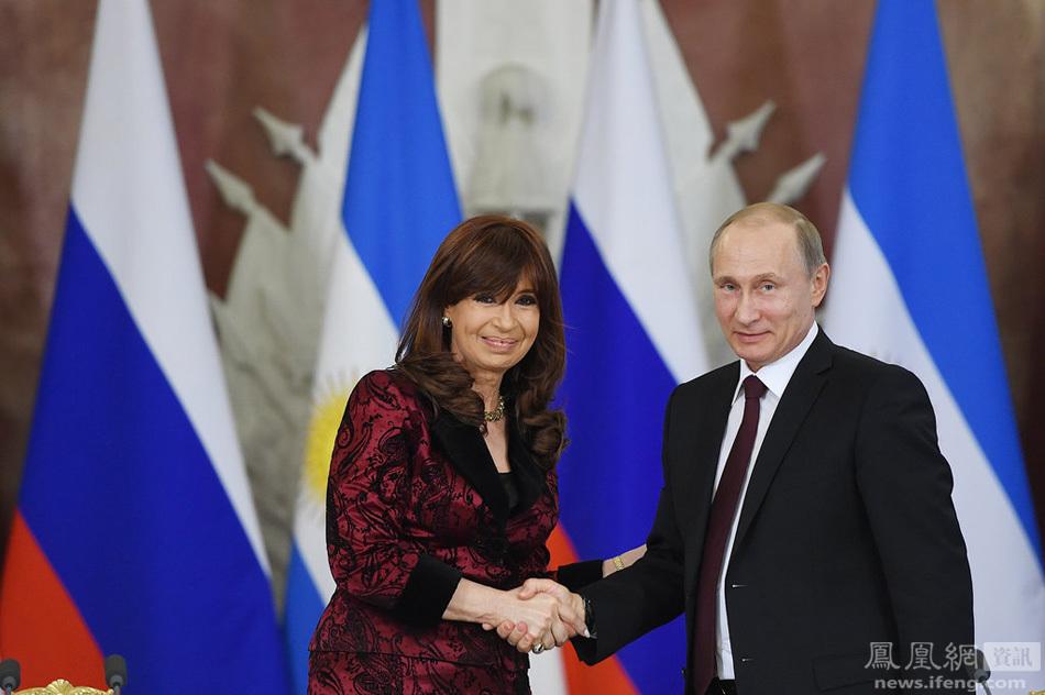 阿根廷美女总统访俄 普京亲自倒水显绅士风度组图