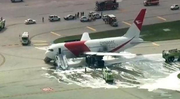 美佛州一客机起飞滑行起火