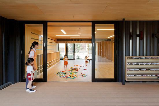 日本有着令人惊叹的幼儿园教育文化,比如要用不同尺寸、功能的包袋锻炼孩童的条理性,比如用绘本教学而非分门别类的语数外课本,以及重要的礼仪培养等等。   但细观其幼儿园给人的第一印象,却都是简单朴素的。那里找不到很多现代化的设备或是琳琅满目的高档玩具,你可能会觉得这与日本先进发达的科技社会存在强烈反差,但日本幼儿园的设计却有着自己的逻辑,更倾向于自然环境下对孩子潜能及创新精神的挖掘,而不是变成物品的奴隶。   自 1970 年代便开始专注于幼儿园设计的 Hibinosekkei + Youji No Sh